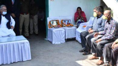 Photo of ब्रेकिंग : खड़मुड़ा पहुंचकर मुख्यमंत्री ने 4 लोगों की हत्या मामले में पीड़ित परिवार से मिले….अनाथ हुए 4 बच्चों की पढ़ाई और भरण-पोषण का खर्चा खुद CM भूपेश उठायेंगे, बच्चों के लिए 5 लाख की सहायता राशि का ऐलान